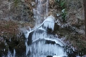 夕日の滝凍結注意