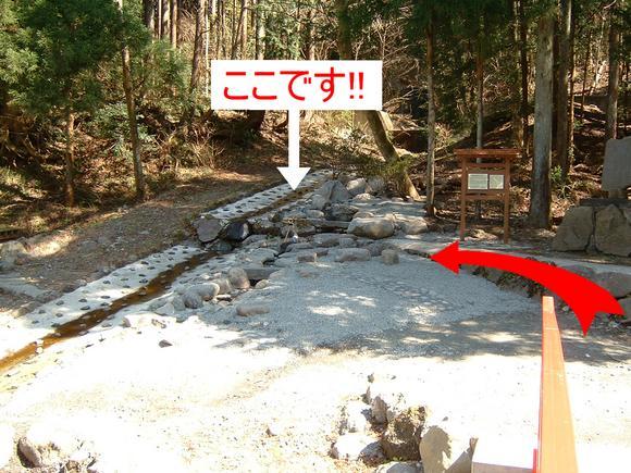 金太郎の力水は、橋を渡って左側
