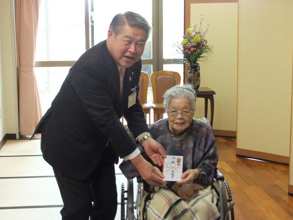 平成24年3月26日(月) 市内の100歳を迎えられた方に市からのお祝いをお届け