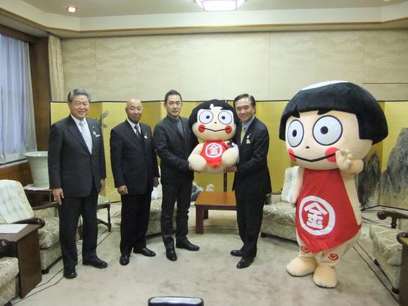 平成24年1月23日(月) かながわ金太郎ハウスのマスコット人形(よいしょ君)贈呈式