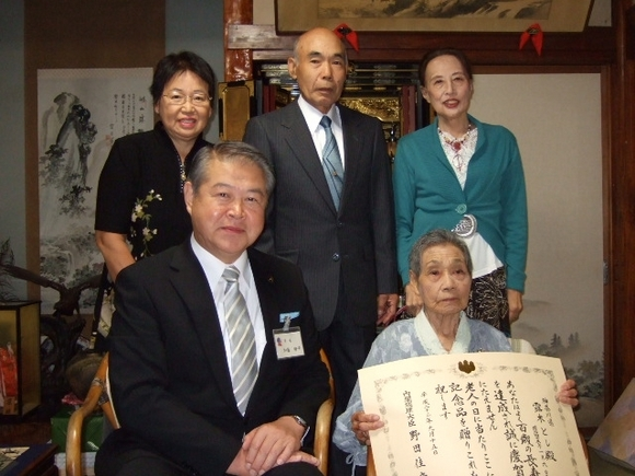 平成23年9月26日(月) 市内の100歳を迎えられる皆様に内閣総理大臣からのお祝いの記念品をお届け
