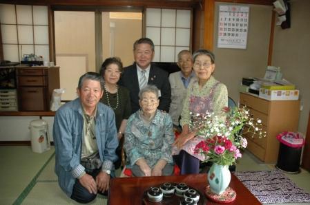 平成24年5月28日(月) 市内の100歳を迎えられた方に市からのお祝いをお届け