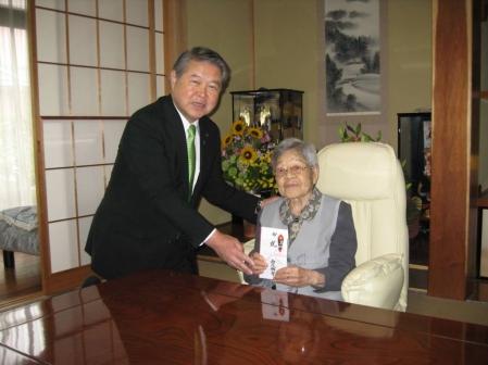 平成24年5月22日(火) 市内の100歳を迎えられた方に市からのお祝いをお届け