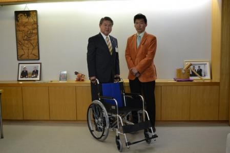 平成24年5月23日(水) フルコンタクトKARATEDO同志會・山口館長から車イスの寄付受領