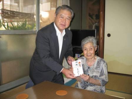 平成24年7月27日(金) 市内の100歳を迎えられた方に市からのお祝いをお届け