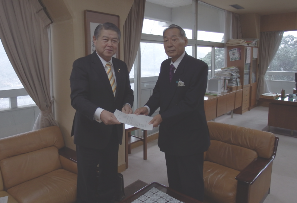 加藤市長が山口町長に申請書を提出