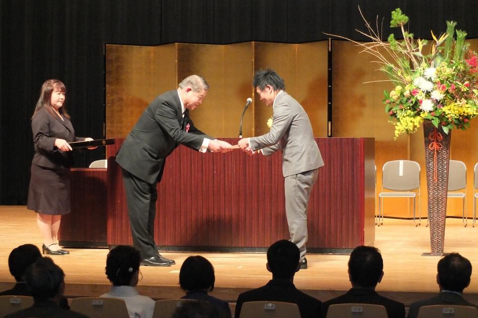 加藤市長から任命状を受け取る勝又氏