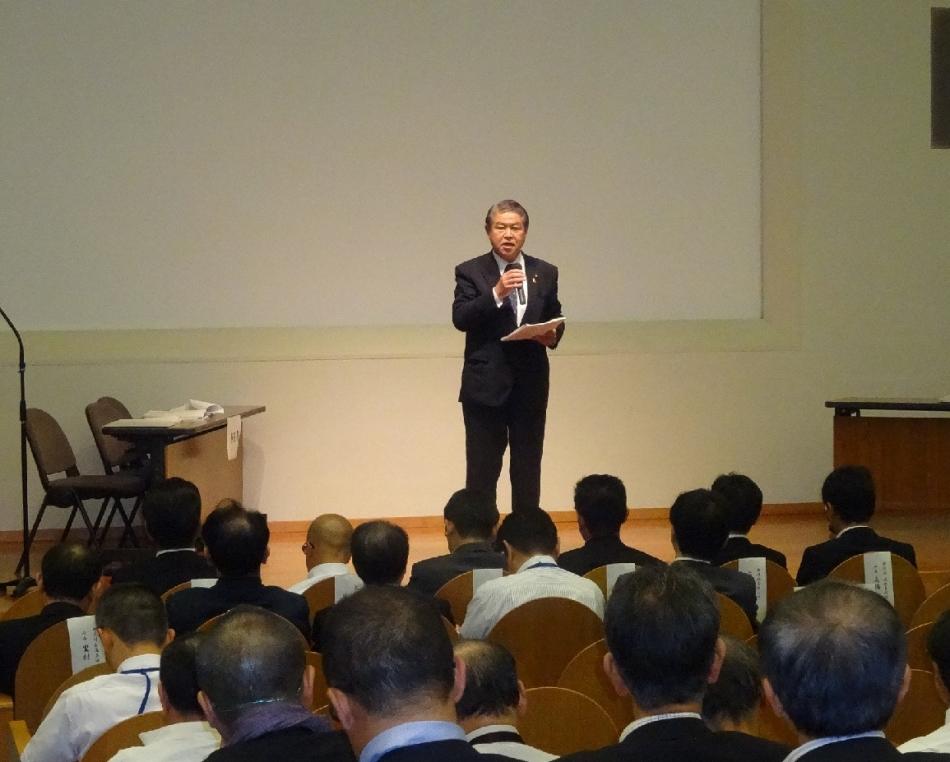 箱根ジオパーク総会で南足柄市の紹介をする加藤市長