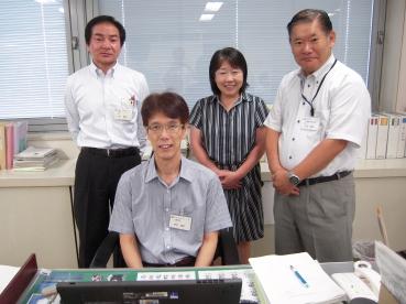 部長・荒井健氏(手前)、後列は課長