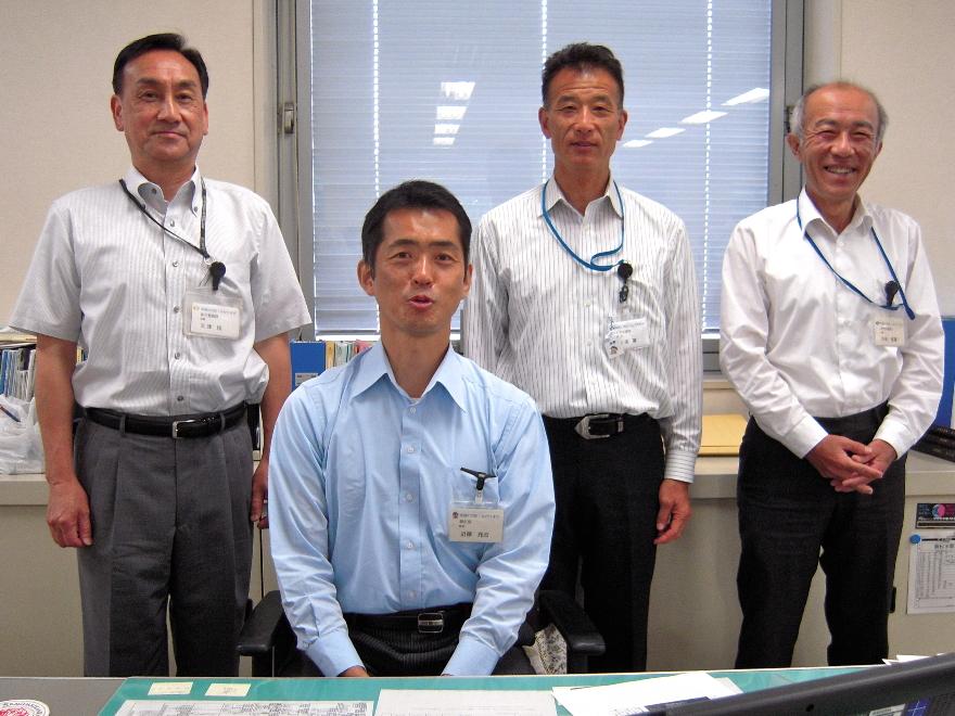 部長・近藤充志(手前)、後列は課長