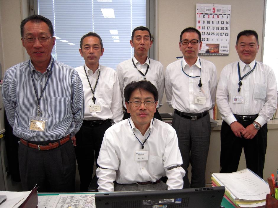 部長・露木隆夫(手前)、担当部長・生沼正光(手前左)、後列は課長