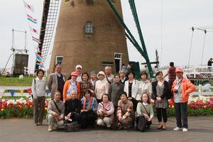 佐倉市チューリップまつりオランダ風車の前で集合写真
