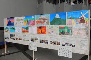 小学生の描いた絵を掲示したパネル