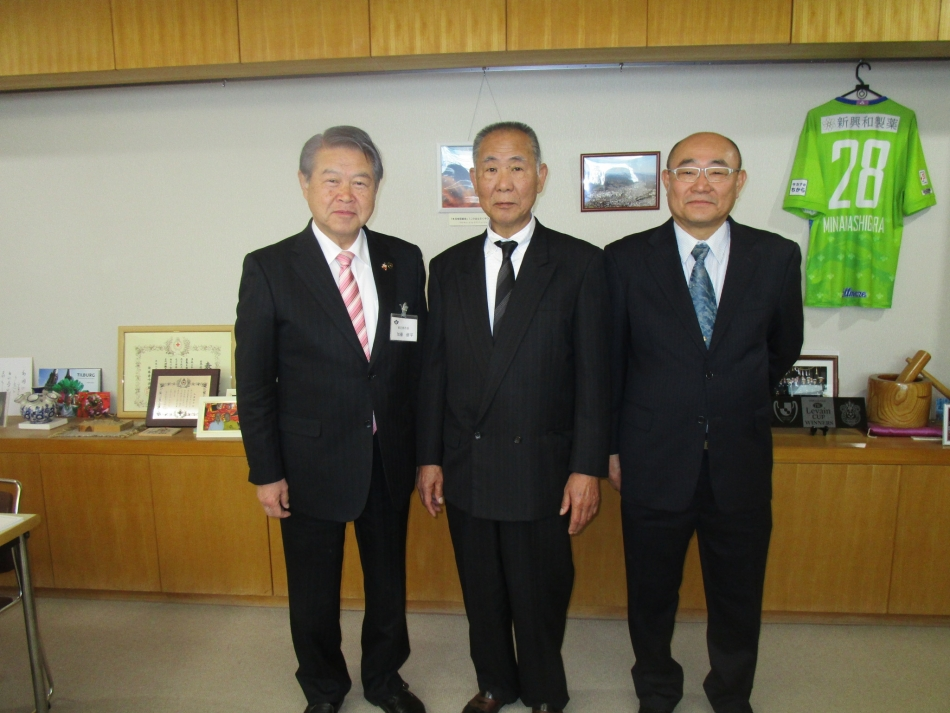 左から青木副隊長、市長、桐生隊長、小澤副隊長