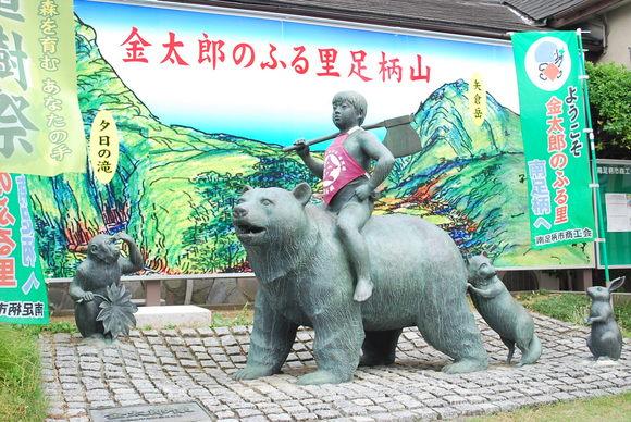 大雄山駅前にある金太郎像