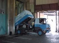 南足柄市清掃工場ごみの搬入の様子