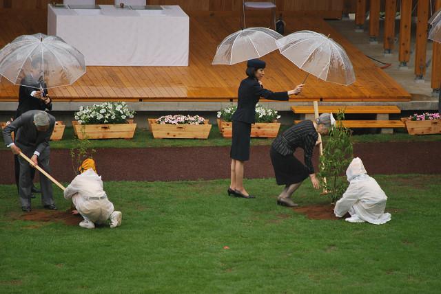 第61回全国植樹祭で植樹をされる両陛下